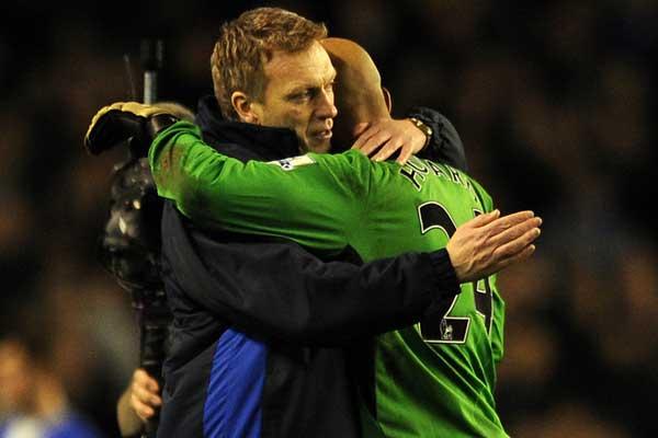 Everton manager David Moyes and goalkeeper Tim Howard during the 2009-10 Premier League Season. Credit: Chris Brunskill - ISIPhotos.com