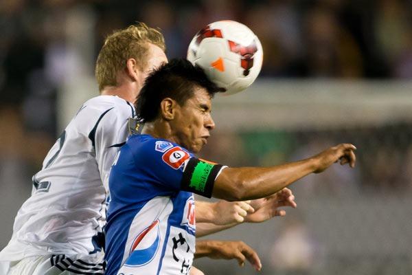concacaf-champions-league-la-galaxy-isidro-metapan-soccer-ball