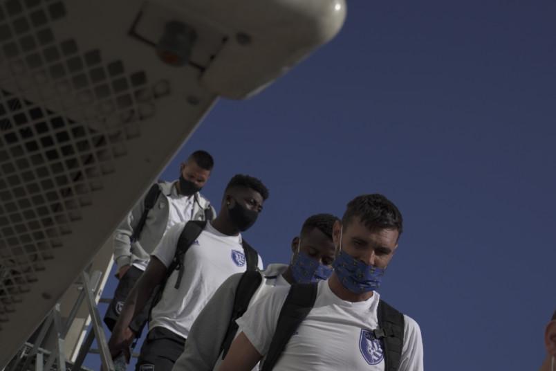 san jose earthquakes players disembarking an airplane in Orlando