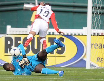Toronto's Reggie Lambe tries to get past DC goalkeeper Bill Hamid.  Credit: Jose L. Argueta - ISIPhotos.com